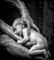 FIAP-Honorable-Mention_Digwas_Bellemane_India_Picking_A_Baby_Up